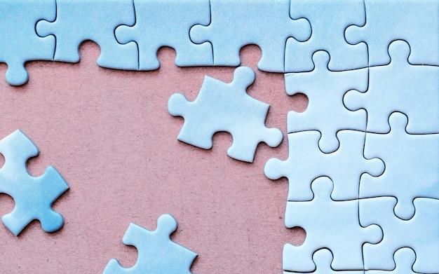 Verbonden stukjes blauwe puzzel met één kleur