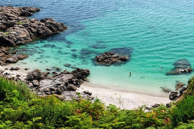 Verborgen baai in finisterre op een late zomermiddag in galicië