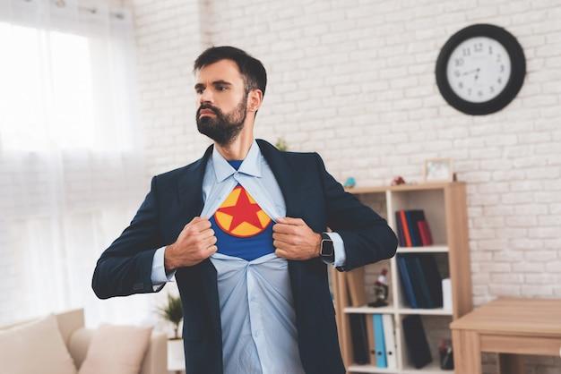 Verborgen superheld leidt een dubbelleven.