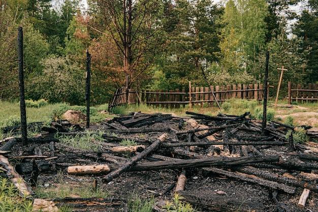 Verbrand houten platteland oud huis