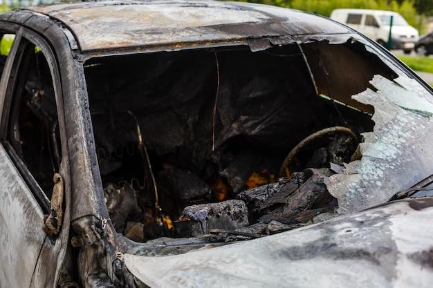 Verbrande auto in de straat
