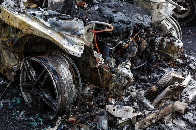 Verbrande auto's op straat