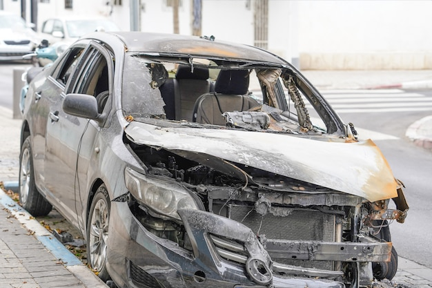 Verbrande kap van een personenauto. brandstichting van een auto.