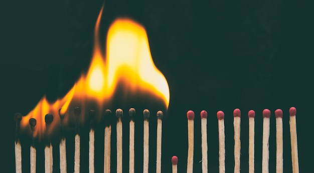 Verbrande lucifers en een lucifersstokje om het branden te voorkomen