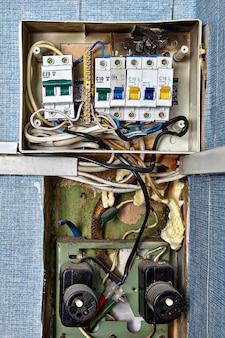 Verbrande zekeringenkast. zekeringen en stroomonderbrekers zijn veiligheidsvoorzieningen die in het elektrische systeem zijn ingebouwd.