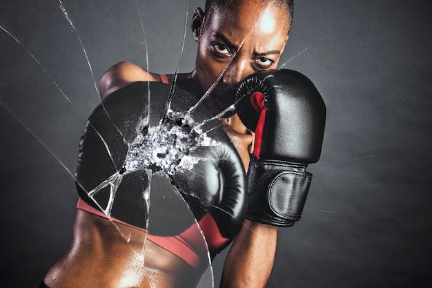 Verbrijzeld glaseffect met vrouwelijke bokser