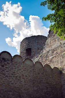 Verdedigingsmuren en vestingwerken van een middeleeuws kasteel.