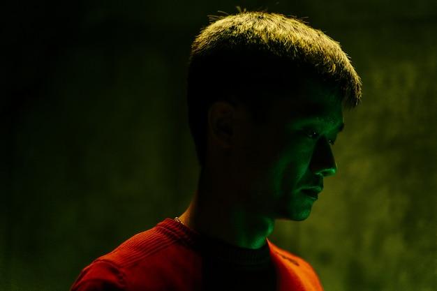 Verdrietig en moe aziatische man donker portret