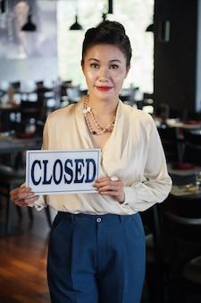 Verdrietig en vermoeide manager die restaurant sluit?