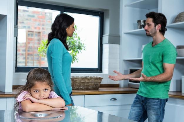 Verdrietig kind luisteren naar ouders argument