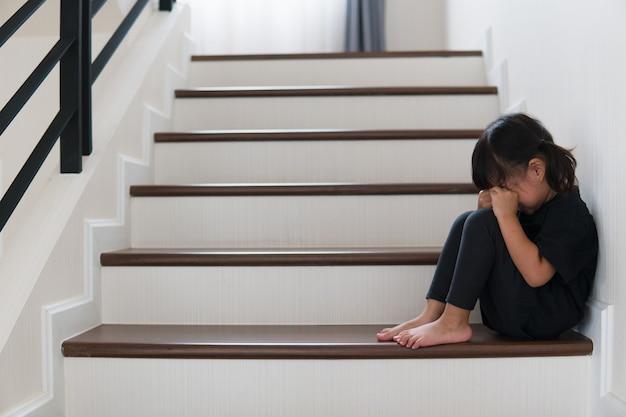 Verdrietig kind van deze vader en moeder die ruzie maken, familie negatief concept.