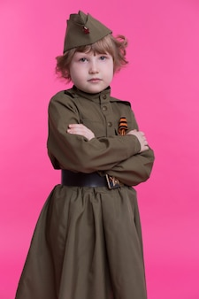 Verdrietig meisje in militair uniform