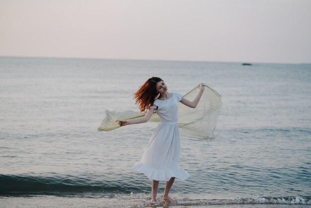 Verdrietig meisje op het strand aan zee