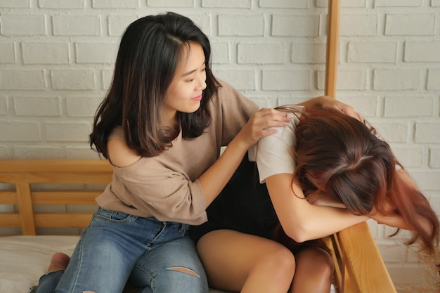 Verdrietige, depressieve, gefrustreerde vrouw met haar zorgzame vriend
