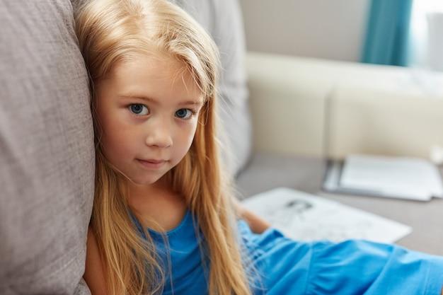 Verdrietige dochter die boos is over de scheiding van ouders