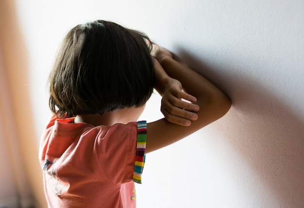 Verdrietige kinderen, meisje staan in de kamer