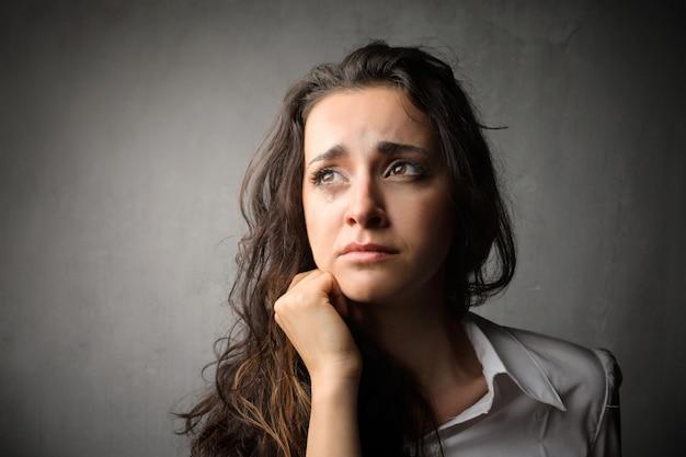 Verdrietige verontrustende vrouw