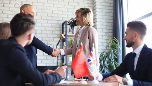 Verenigd koninkrijk en chinese leiders schudden handen op een dealovereenkomst.