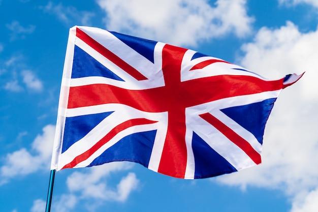 Verenigd koninkrijk vlag zwaaien op wind in blauwe hemel