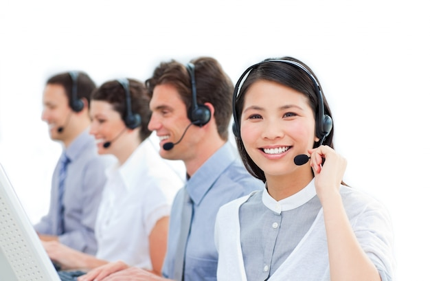 Verenigde groep van klantenservice agenten werken in een callcenter
