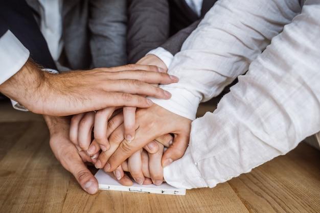 Verenigde handen van commercieel team op werkruimte