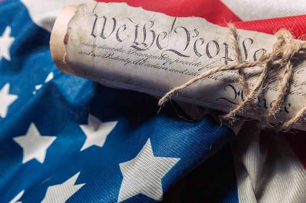Verenigde staten onafhankelijkheidsverklaring aan een betsy ross-vlag