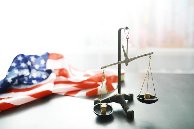 Verenigde staten wet, schalen van justitie en amerikaanse vlag. concept. geld.