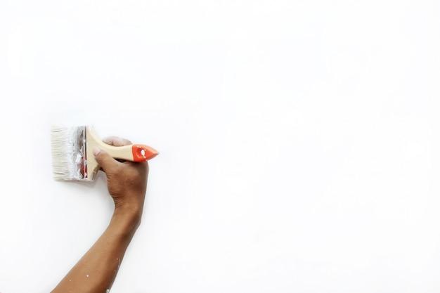Verf de muren van het huis met een penseel
