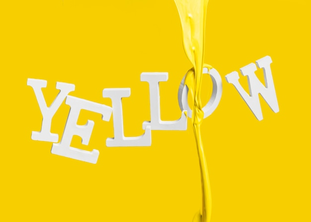 Verf druipen op zwevende woord geel