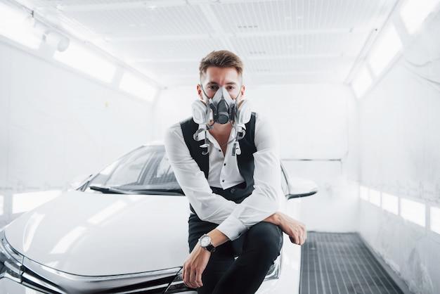 Verf een auto in een ruime autoservice