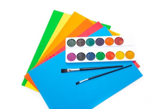 Verf en gekleurd papier, kantoorbenodigdheden. schoolgeld.