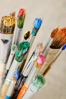 Verf en penselen om te schilderen