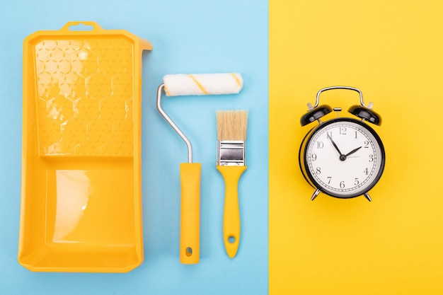 Verf gereedschappen. verfborstel en rol met dienblad voor verf