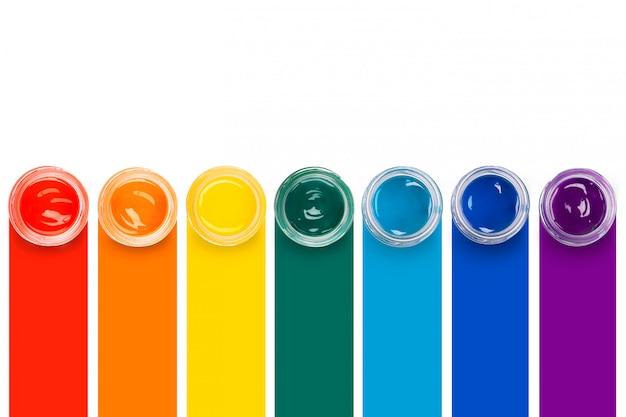Verf in de glazen jurs op de kleurrijke lijnen