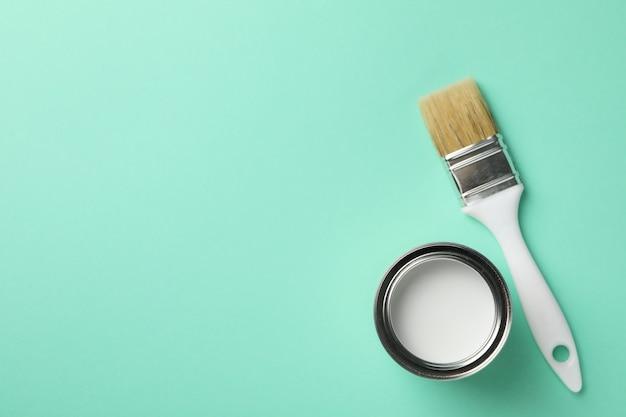 Verf kan en penseel op groen oppervlak