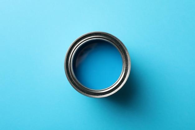 Verf kan op blauwe achtergrond, bovenaanzicht