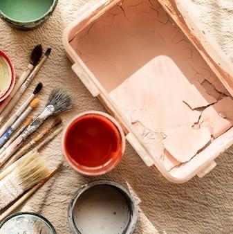 Verf klaar voor aardewerkconcept van keramische vazen