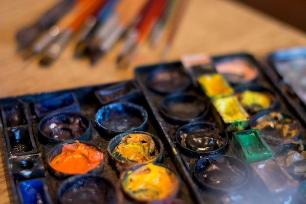 Verf kleuren en borstels op tafel