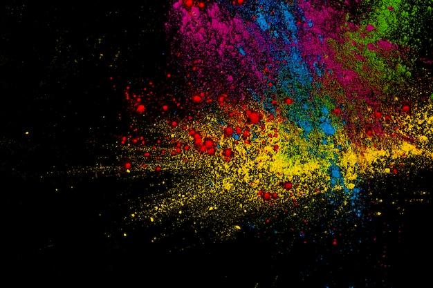Verf kleurrijke poederexplosie over donkere oppervlakte