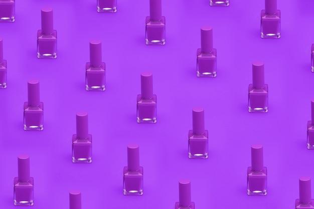 Verf roze nagels op roze achtergrond