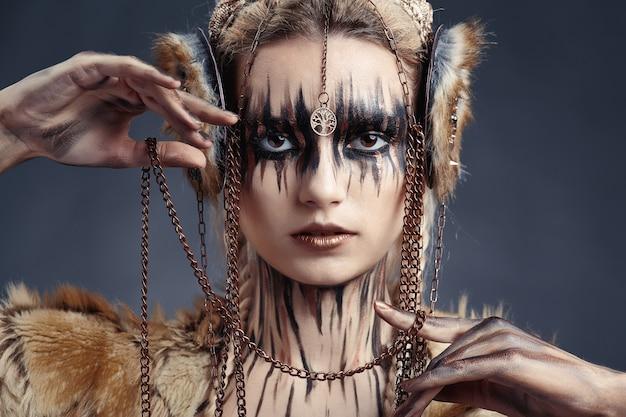 Verf tekenen op het gezicht en lichaam van de vrouw. high fashion stijl