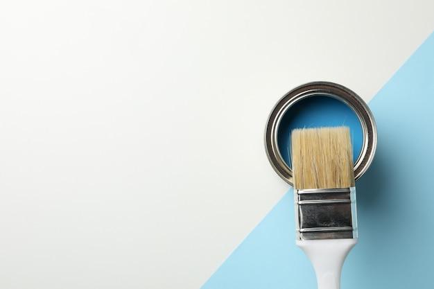 Verfblik en penseel op tweekleurig oppervlak