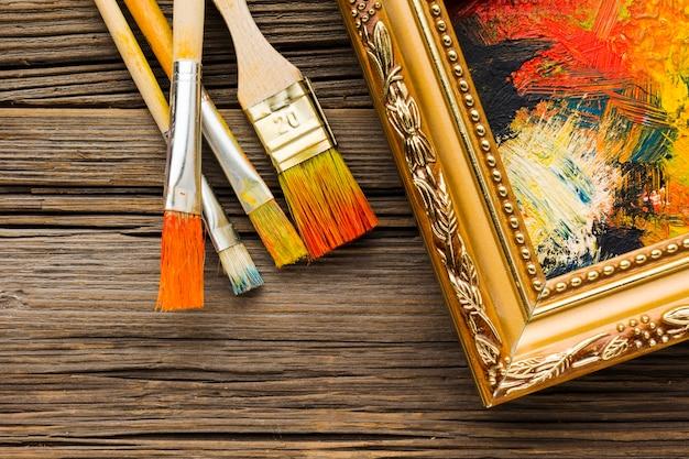 Verfborstels en beschilderd doek in lijst