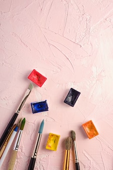 Verfborstels, kunstenaarshulpmiddelen om op geweven roze, hoogste mening, exemplaarruimte te trekken