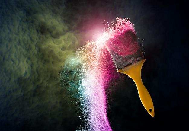 Verfborstels met abstract van de de achtergrond explosiehoogtepunt van de poederkleur concept als achtergrond.