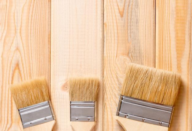 Verfborstels op een pijnboom houten lijst, hoogste mening. reparatie concept.