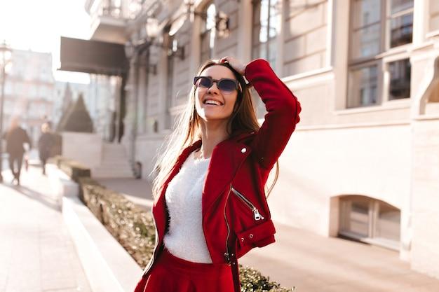 Verfijnd kaukasisch meisje dat in zonnebril omhoog kijkt