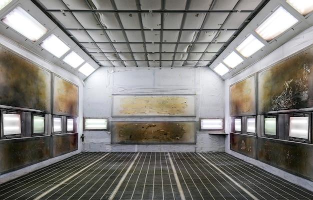 Verfkast in een autoreparatiestation. auto verf kamer achtergrond