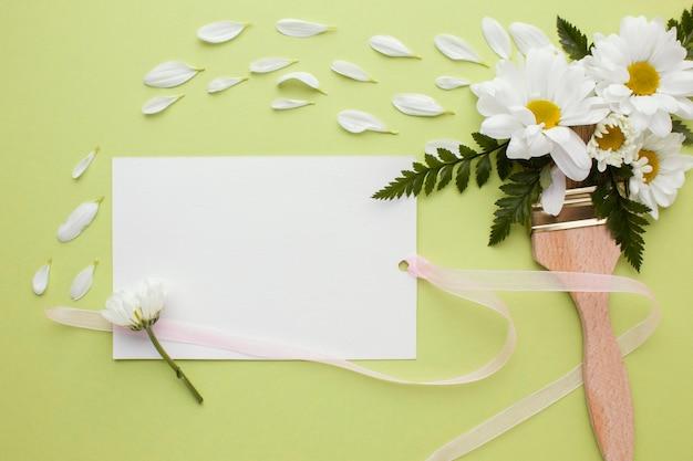 Verfkwast met bloemen en envelop