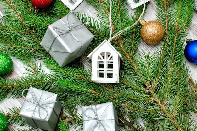 Verfraaide spartak en kleine witte huizen. vakantie concept